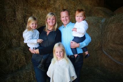 Family Photo in barn_DIYTemp